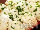 Рецепта Вегетариански карфиол с уникален сос от синьо сирене, топено сирене и зелени подправки на тиган